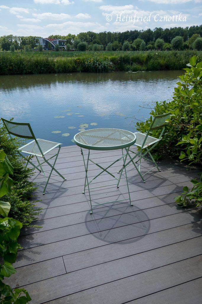 Sitzgruppe mit Blick über einen Fluss
