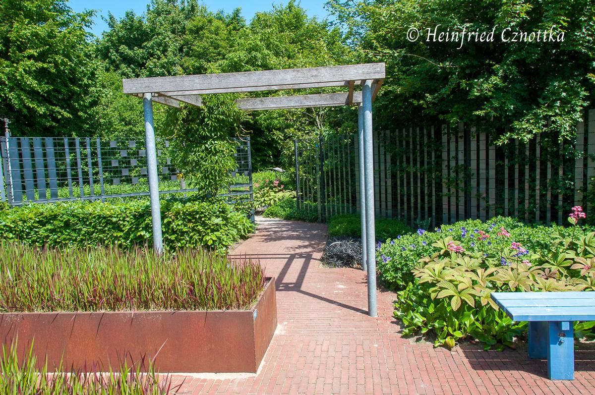 Eine Pergola strukturiert den Garten in der Höhe.