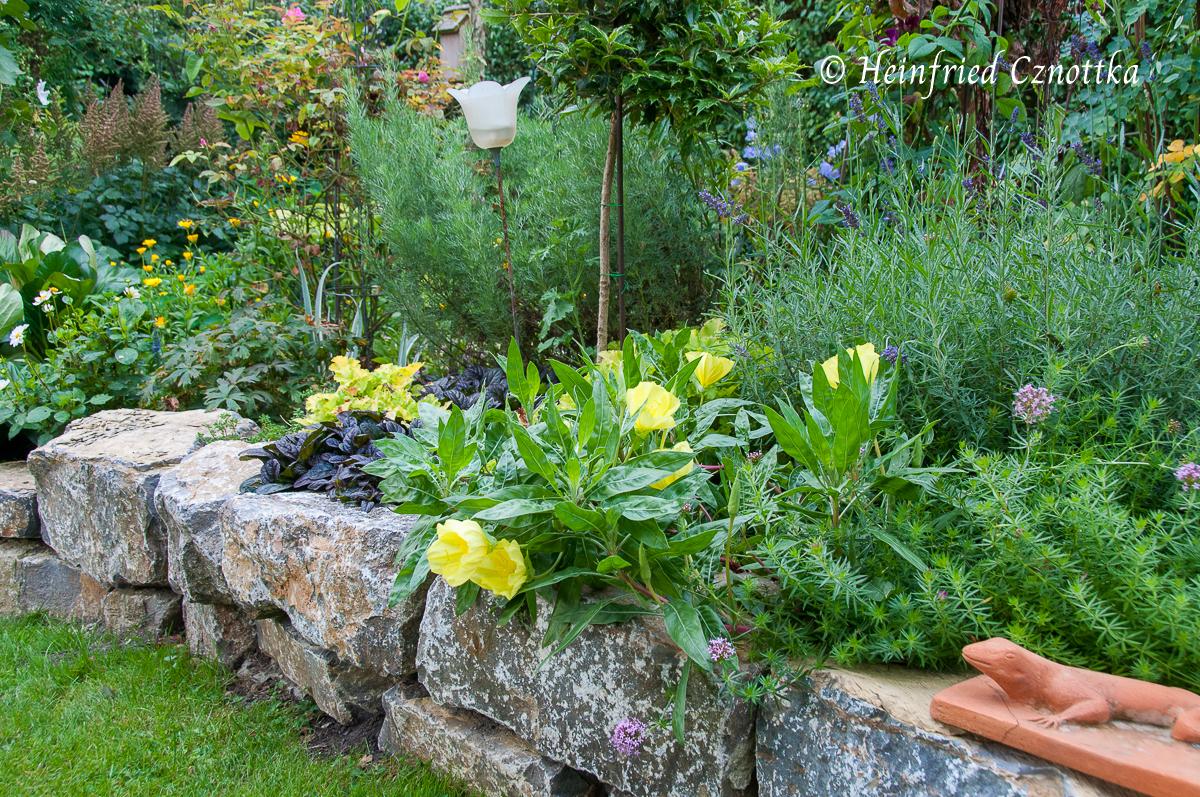 Auch Trockenmauern oder Findlinge können zur Struktur des Gartens beitragen.