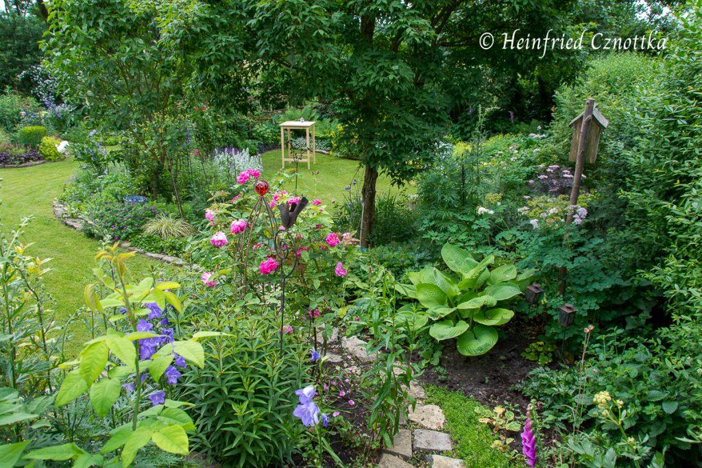 Beim offenen Garten wird am Stehtisch im hinteren Gartenzimmer geklönt.
