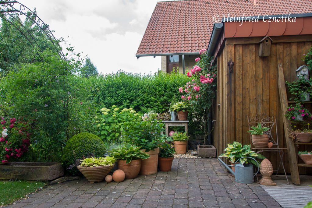 Hinter dem Topfgarten liegt der kleine Raum mit dem Pflanztisch.