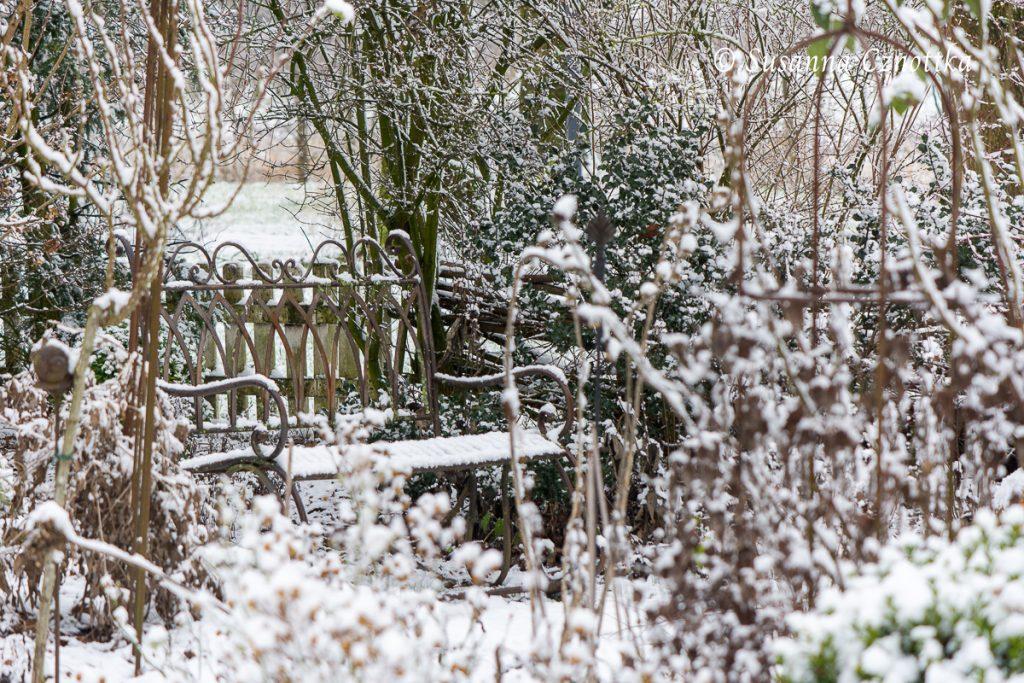 Eine verschneite Gartenbank