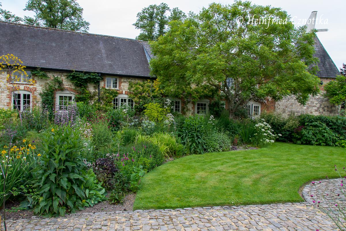 Die Mauern der Gebäude dienen als solide Begrenzung des Gartens.