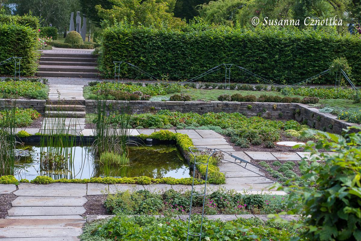 Ein quadratisches Wasserbecken ziert den Senkgarten. (Westfalenpark Dortmund)