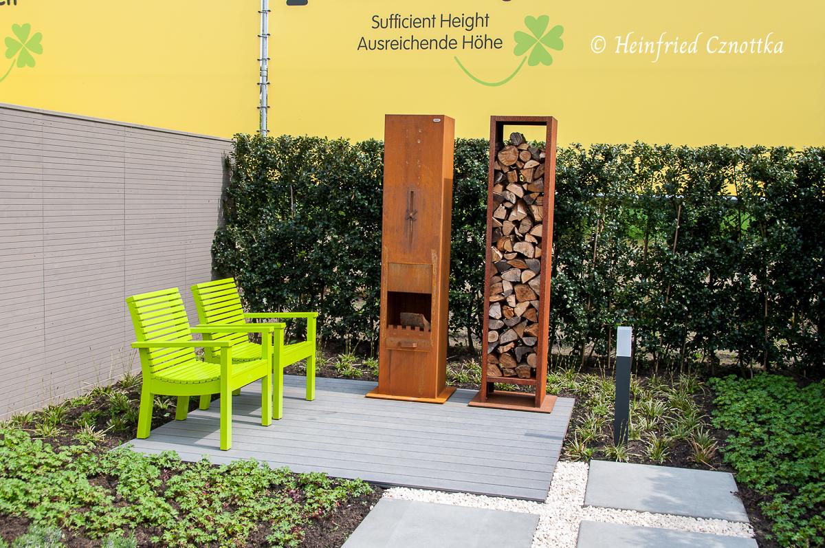Leuchtend grüne Stühle in einem Garten