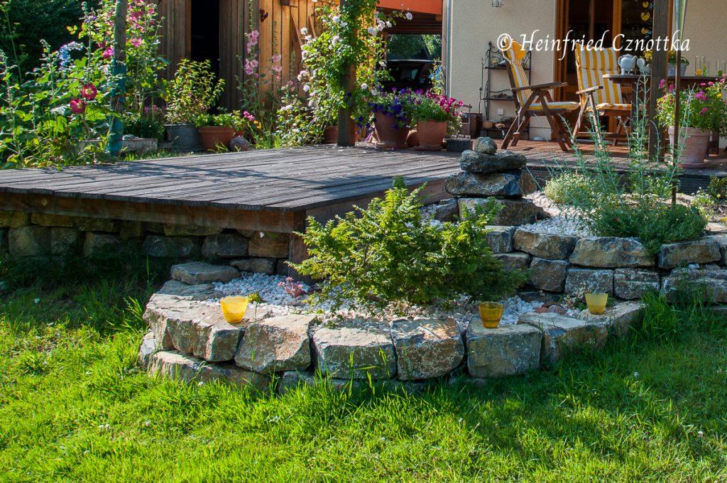 Terrassenbeet mit Wasserspiel