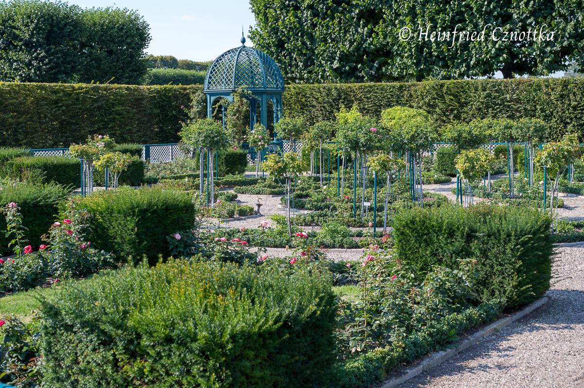 Niederdeutscher Rosengarten mit Holzpavillons und Eiben-Formschnitt-Würfeln (Herrenhäuser Gärten, Hannover)