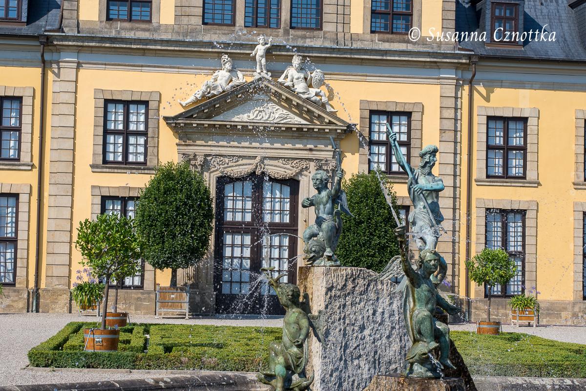 Neptunbrunnens und Portal des Galeriegebäudes (Herrenhäuser Gärten, Hannover)