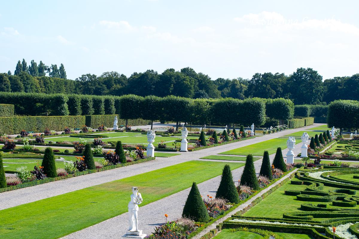 Eibenkegel und Wechselflor begleiten die breiten Wegeachsen (Herrenhäuser Gärten, Hannover)