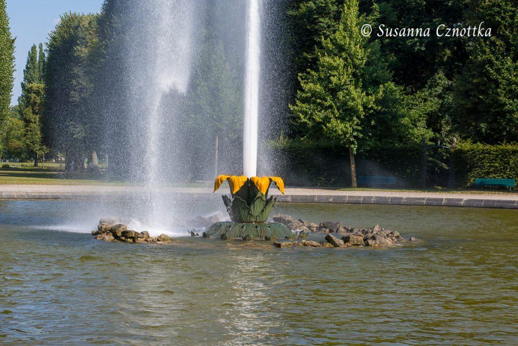 Die floral gestaltete Basis der Fontäne