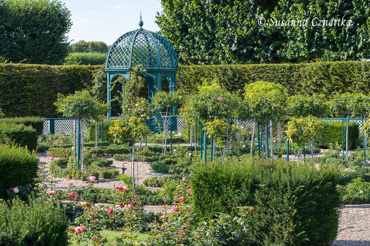 Der Pavillon im Rosengarten setzt ebenfalls einen Akzent in der Höhe.