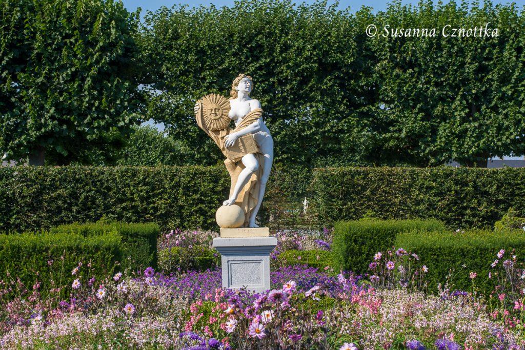 Niederdeutscher Blumengarten mit einer Figur der römischen Göttin der Wahrheit, Veritas