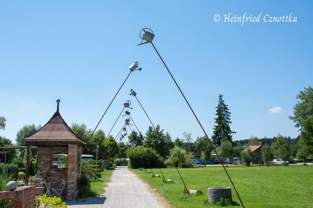 Staudengärtnerei Gaißmayer, Gießkannen als Skulptur