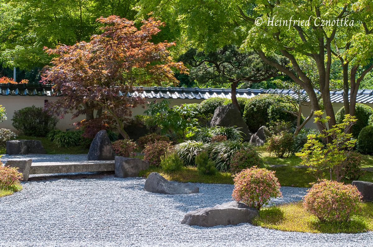 Japanischer Garten Bielefeld, Eine steinerne Brücke führt von einer Insel zur anderen.
