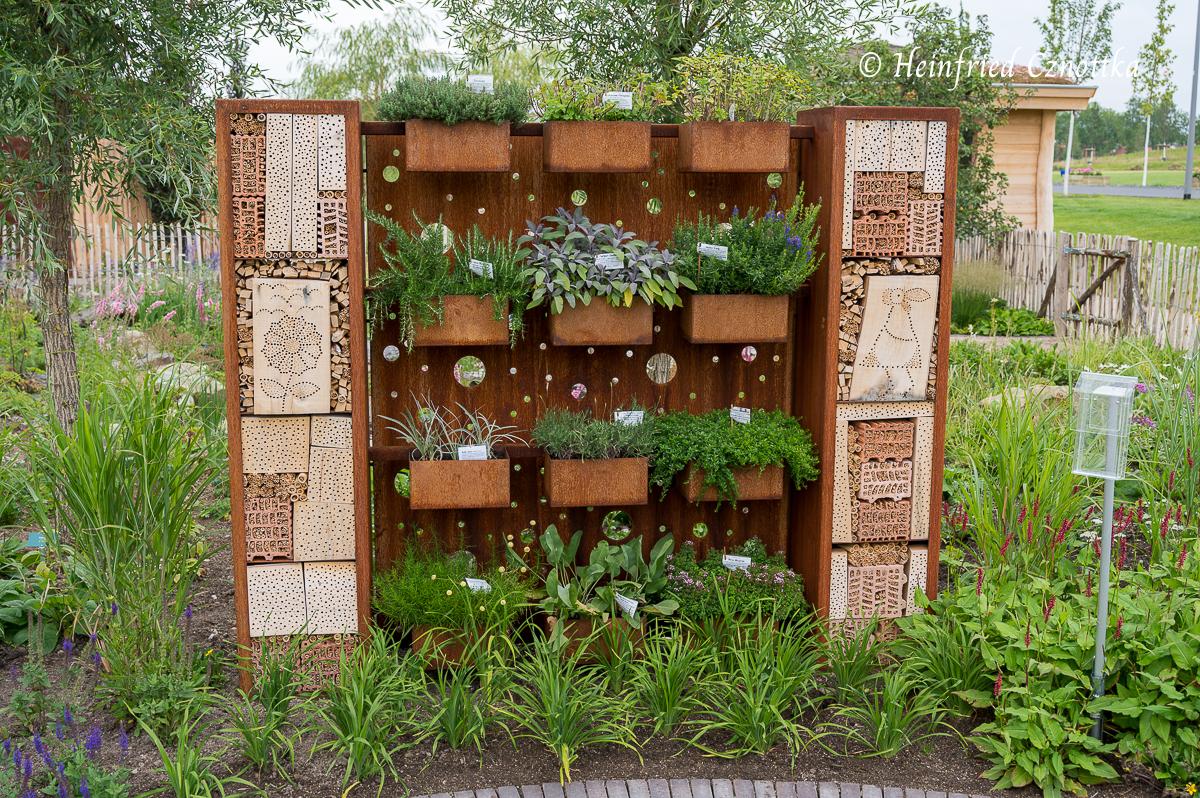 Eine Kräuterwand aus Cortenstahl mit Insektenhotel: