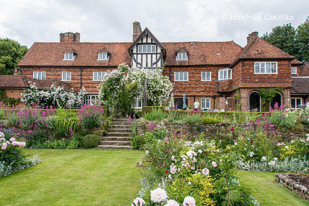 Treppe von der Terrasse hinunter in den Garten, Manor House, Upton Grey